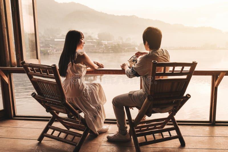 Salida del sol de consumición del té de los pares asiáticos en el tailandés de Rak del vino de Lee, acuerdo chino, Mae Hong Son,  imagen de archivo