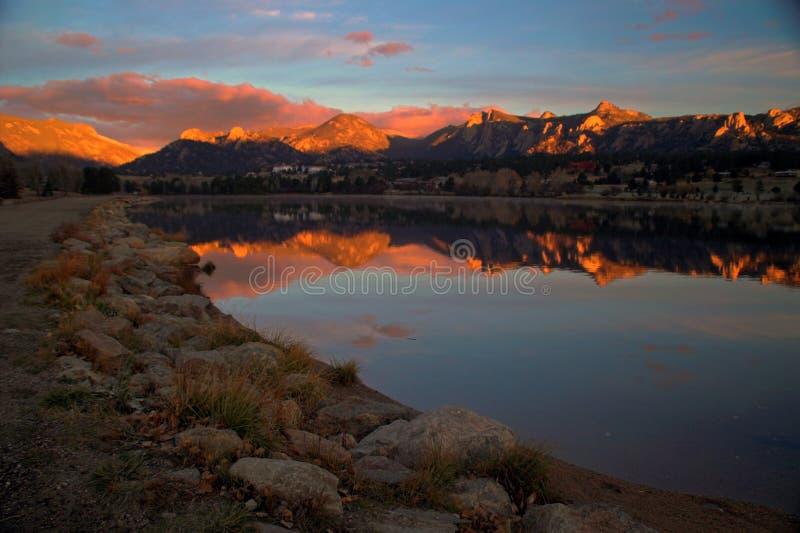 Salida del sol de Estes del lago con las montañas imagen de archivo