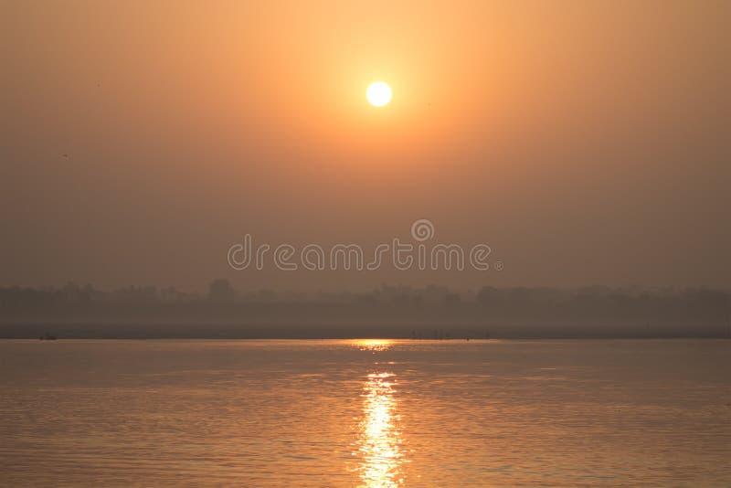 Salida del sol de Ganga fotografía de archivo