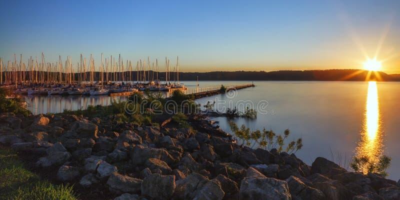 Salida del sol de la ciudad del lago imagenes de archivo