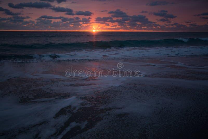 Salida del sol de la espuma del mar fotografía de archivo