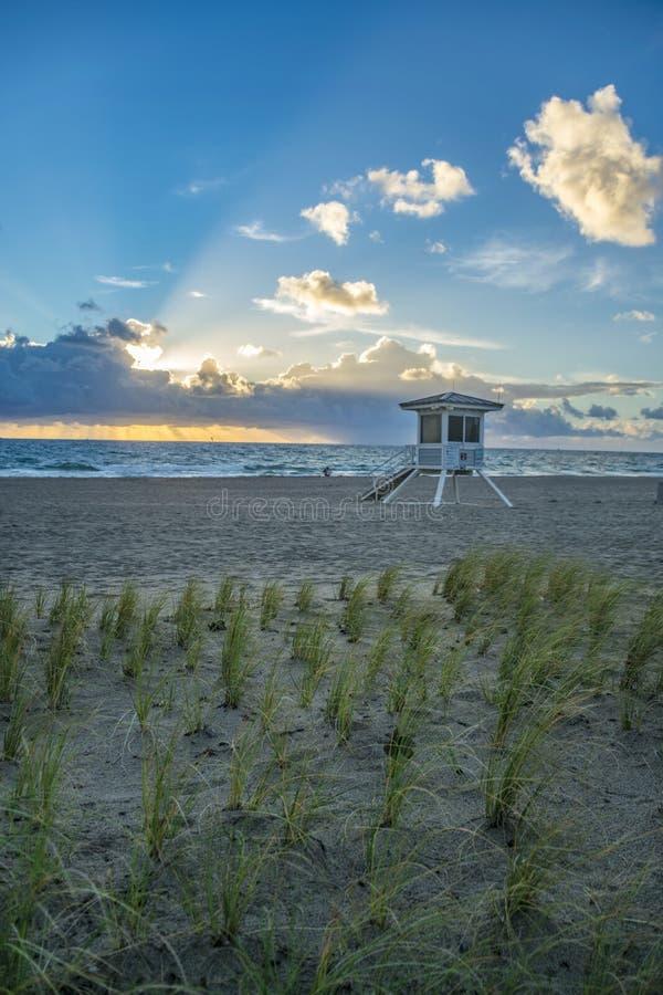 Salida del sol de la Florida con el salvavidas Stand y las dunas imagen de archivo