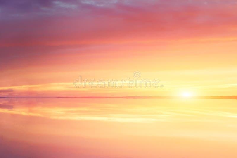 Salida del sol de la sol del lago de la puesta del sol de la fantasía, gran diseño para cualquier propósitos Naturaleza hermosa d fotografía de archivo libre de regalías