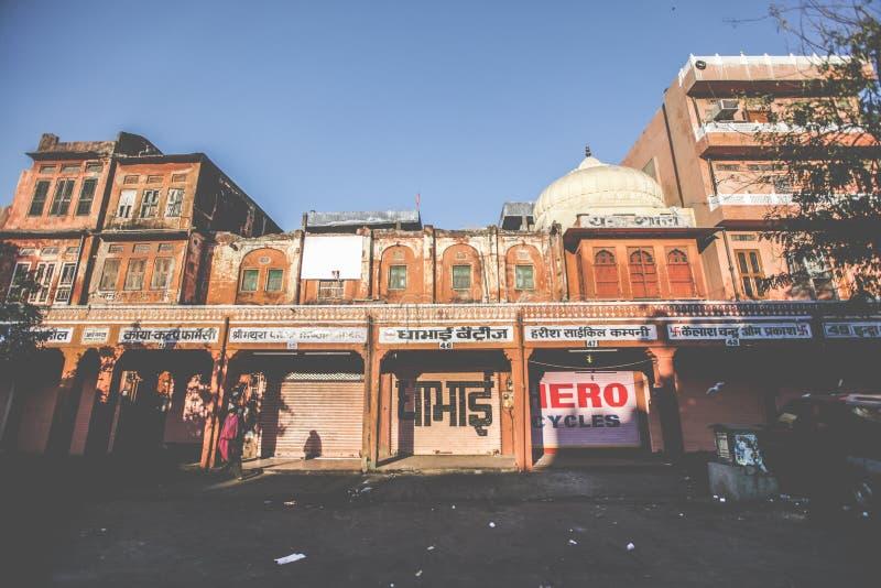 Salida del sol de la mañana con la tienda en la ciudad en Jaipur, ciudad rosada, Rajasthán, la India foto de archivo
