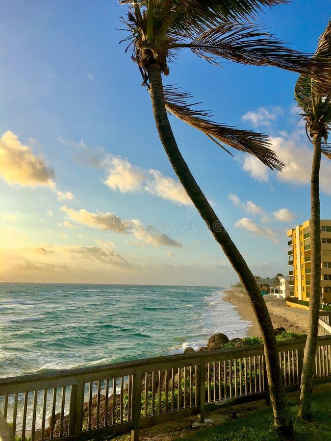 Salida del sol de la mañana de la Florida en la playa de Deerfield imagen de archivo