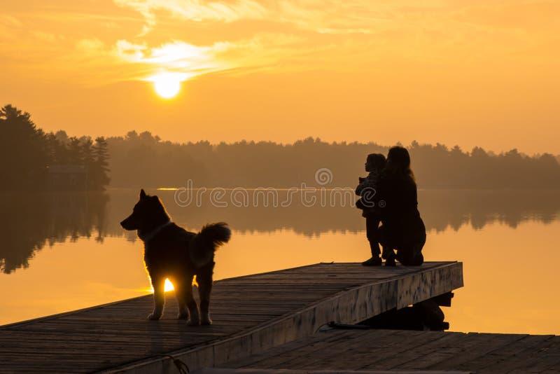 Salida del sol #1 de la madre y del lago daughter fotografía de archivo