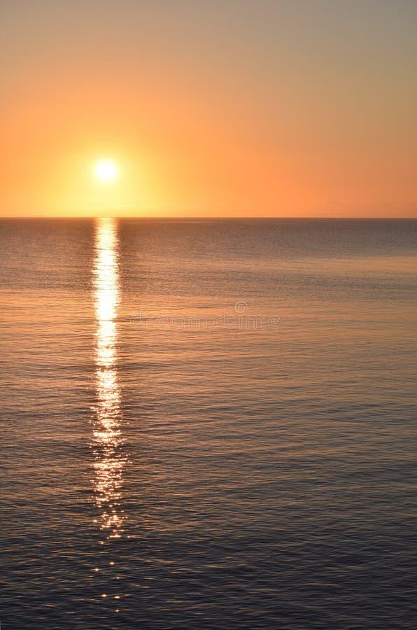 Salida del sol de la madrugada de Great Lakes sobre la orientación Copyspace del retrato del lago Superior imagen de archivo