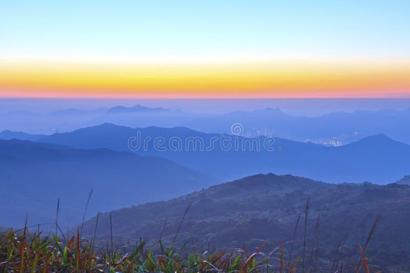 Salida del sol de la montaña en el amanecer imagen de archivo
