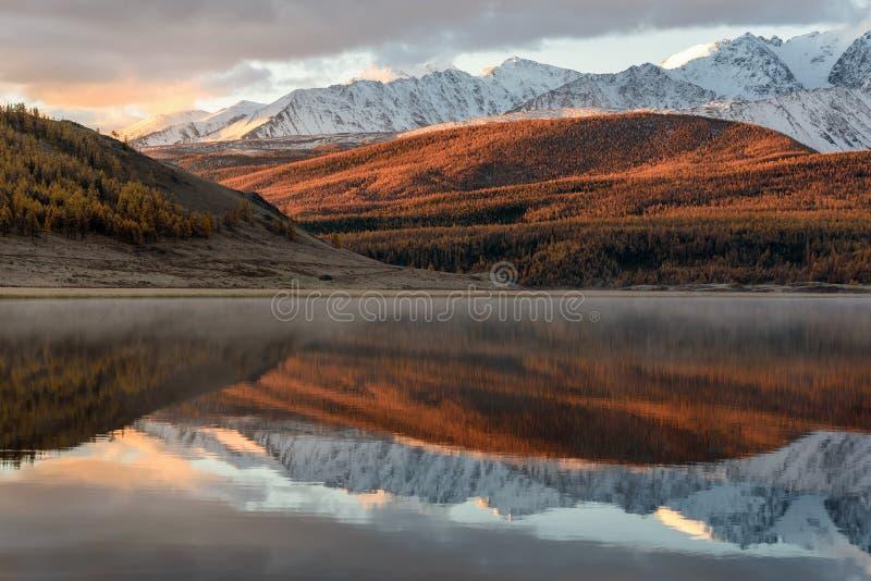 Salida del sol de la nieve de la reflexión de las montañas del lago fotos de archivo