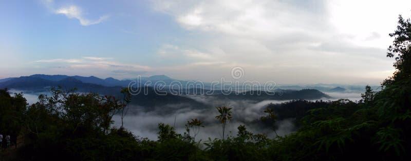 Salida del sol de la opinión superior de la montaña de Sungai Lembing fotografía de archivo