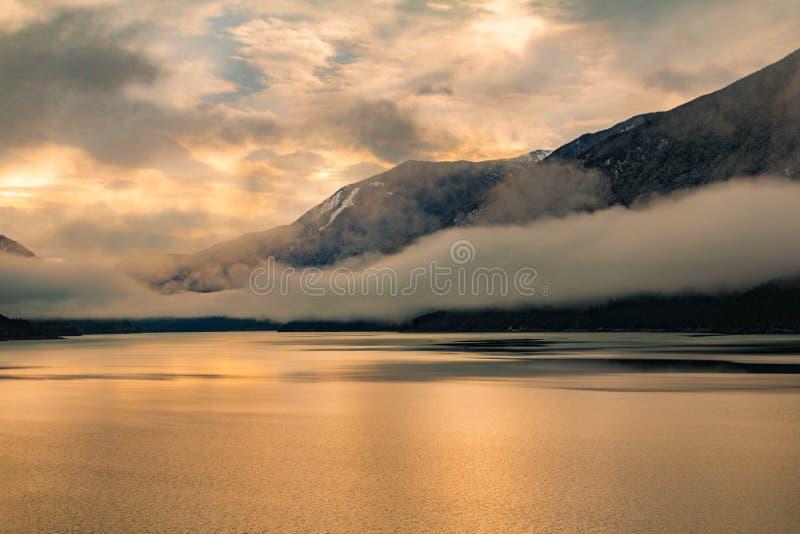 Salida del sol de la orilla del lago imagen de archivo libre de regalías