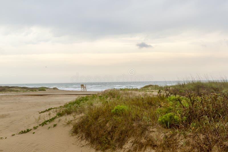 Salida del sol de la playa en la isla del sur del capellán, TX foto de archivo
