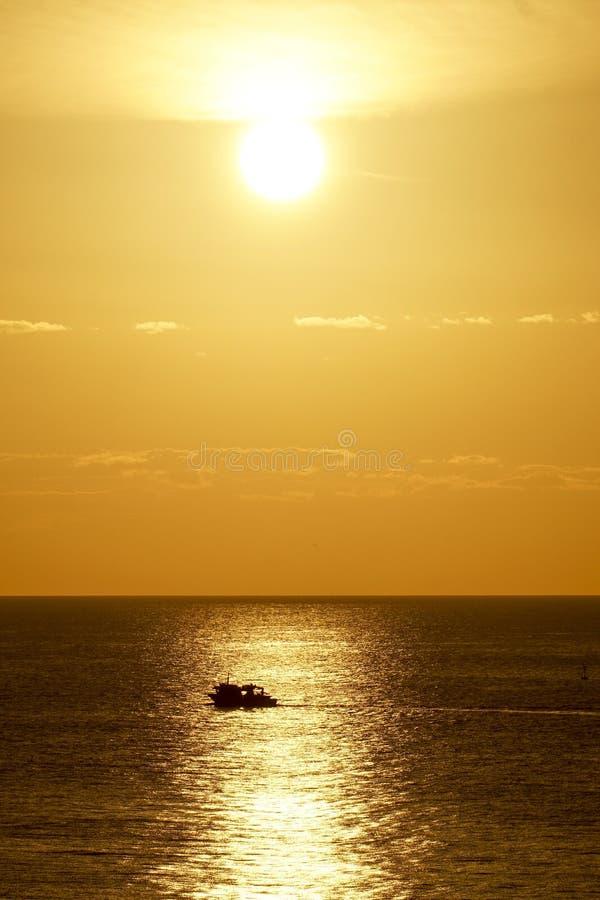 Salida del sol de la playa en Los Boliches, Fuengirola, España foto de archivo libre de regalías