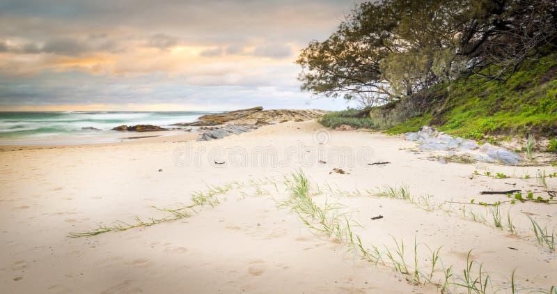 Salida del sol de la playa de la isla de Stradbroke imágenes de archivo libres de regalías