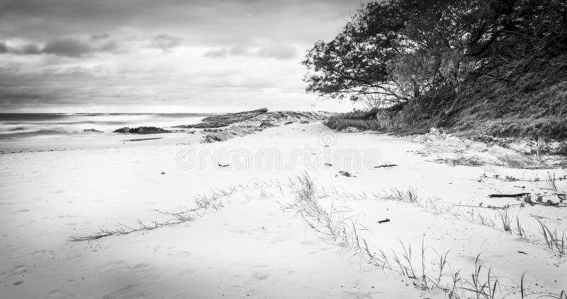Salida del sol de la playa de la isla de Stradbroke blanco y negro imagen de archivo
