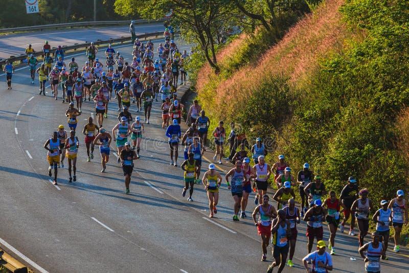 Salida del sol de la subida de la colina de los corredores de maratón imagen de archivo libre de regalías