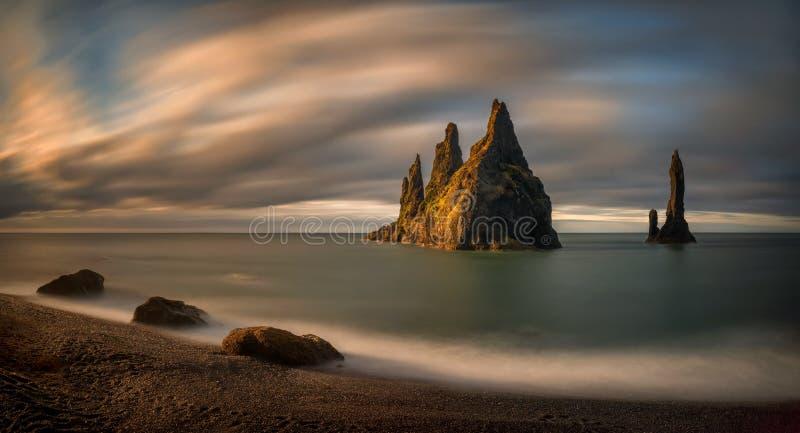 Salida del sol de las rocas de Reynisdrangar imagen de archivo