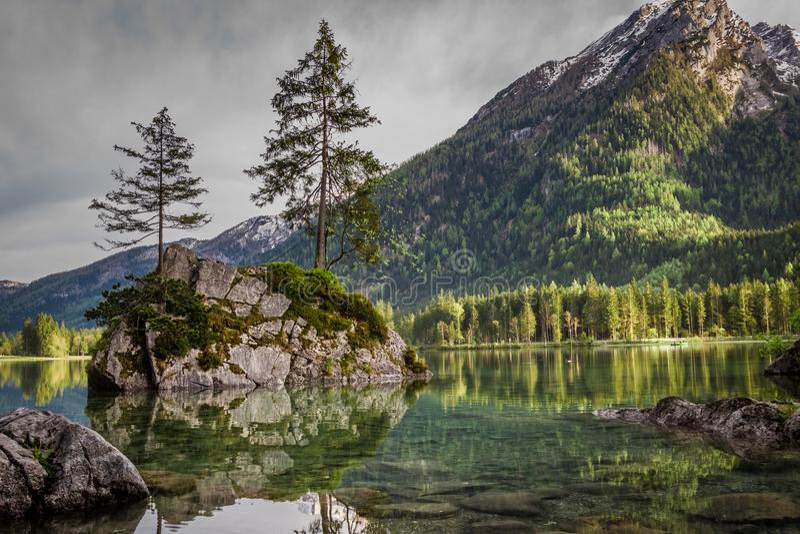 Salida del sol de niebla en el lago Hintersee en las montañas en verano imagen de archivo libre de regalías