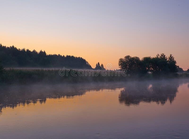 Salida del sol de niebla en el río imagen de archivo libre de regalías