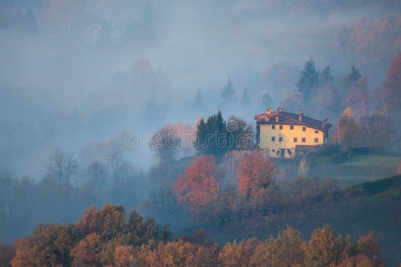 Salida del sol de niebla hermosa en Toscana, Italia, chalet italiano imagenes de archivo