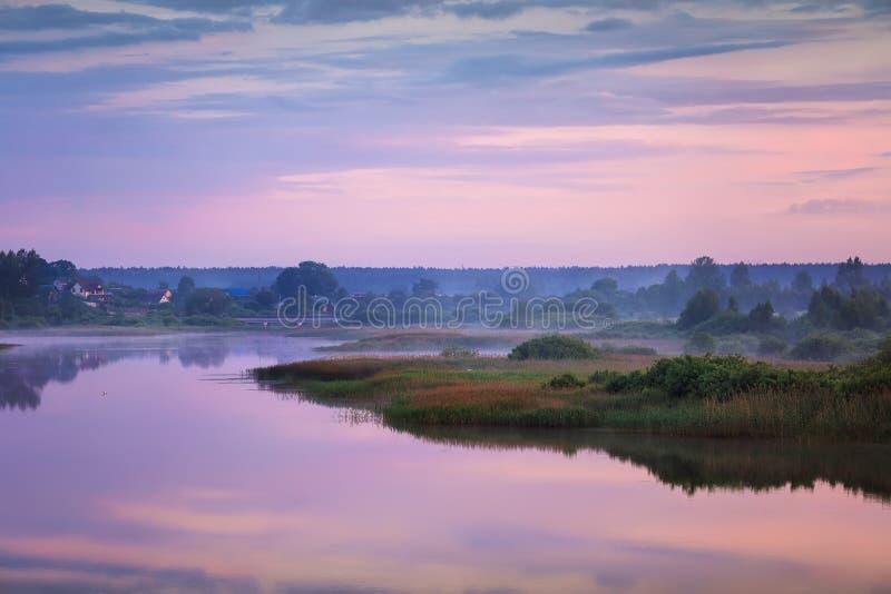 Salida del sol de niebla del verano en el río foto de archivo