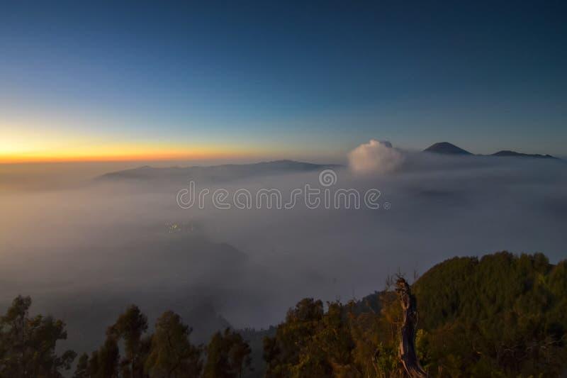 salida del sol de observación en la montaña de Bromo foto de archivo
