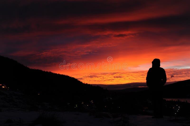 Salida del sol de observación en las montañas en Suecia septentrional imagenes de archivo