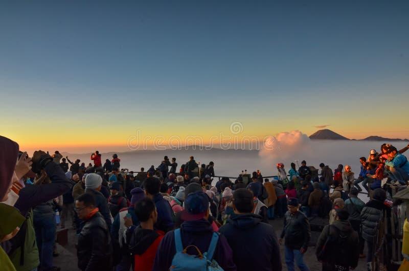 Salida del sol de observación de la gente en la montaña de Bromo imagen de archivo