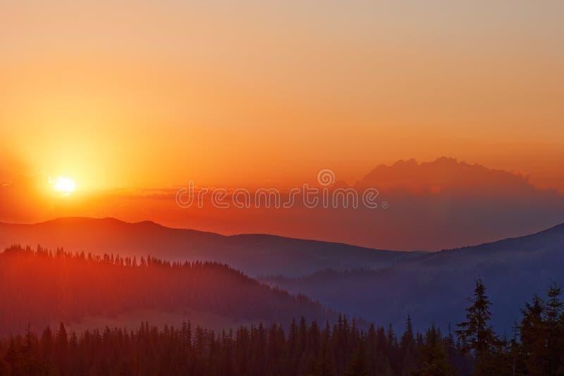 Salida del sol de oro colorida sobre el valle en los Cárpatos imagen de archivo