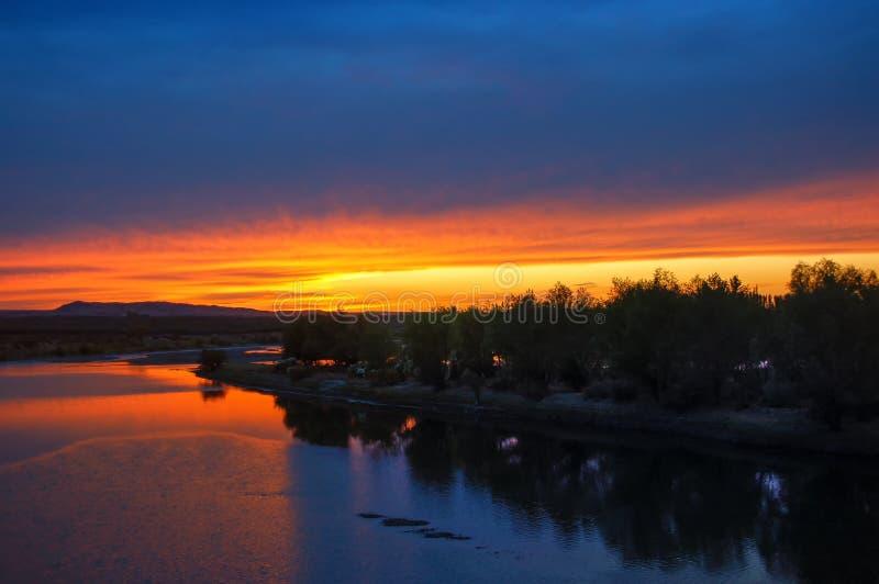 Salida del sol de oro con las nubes azules, la luz roja de la reflexi?n del r?o como puesta del sol fotografía de archivo libre de regalías