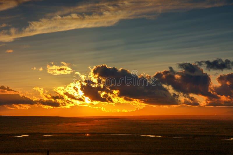 Salida del sol de oro con las nubes coloridas, horizonte en luz roja como puesta del sol fotografía de archivo