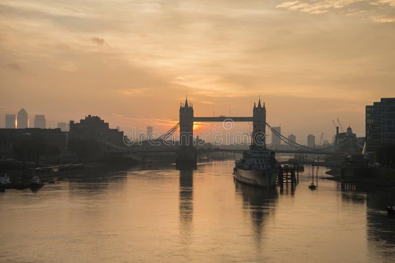Salida del sol de oro del otoño sobre el puente de la torre en Londres foto de archivo libre de regalías