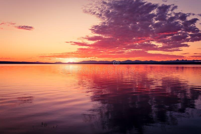 Salida del sol de oro en el lago imagen de archivo libre de regalías