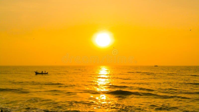 Salida del sol de oro en el Océano Índico fotografía de archivo