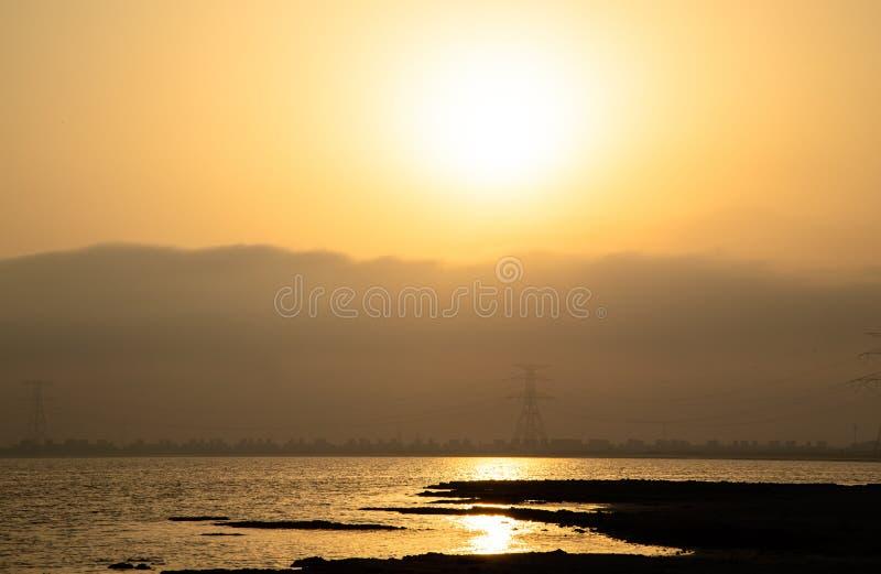 Salida del sol de oro en la isla de Yas, Abu Dhabi, United Arab Emirates imagenes de archivo