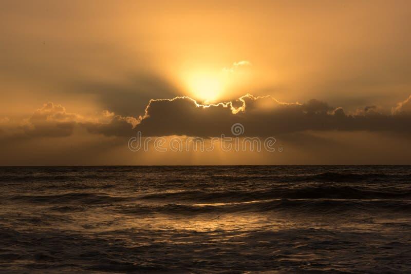 Salida del sol de oro sobre el horizonte imagen de archivo