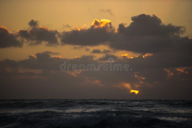 Salida del sol de oro sobre el horizonte fotos de archivo