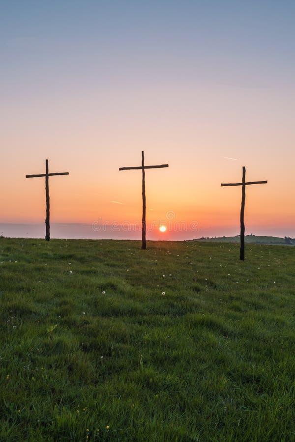 Salida del sol de Pascua en cruces o el crucifijo fotos de archivo