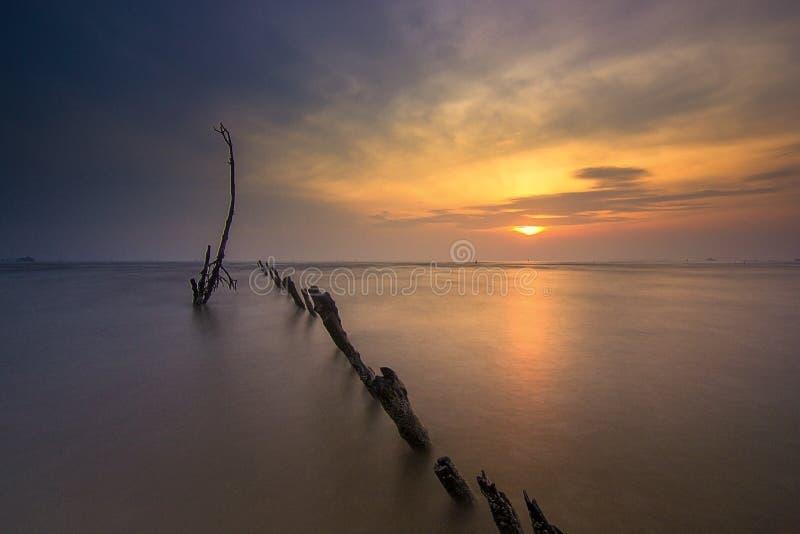 Salida del sol de Wonderfull en la playa del kecil del muara, tanggerang Indonesia imágenes de archivo libres de regalías