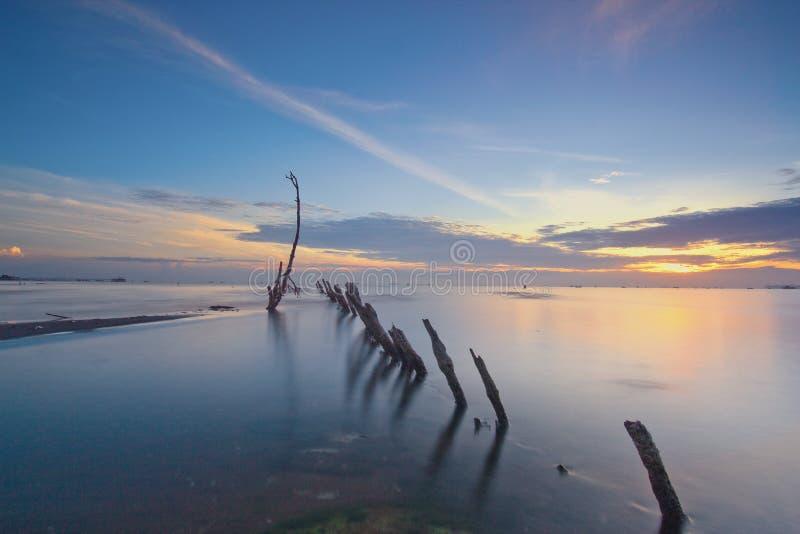 Salida del sol de Wonderfull en la playa del kecil del muara, tanggerang Indonesia fotos de archivo libres de regalías