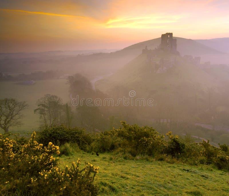 Salida del sol del castillo de Corfe imágenes de archivo libres de regalías