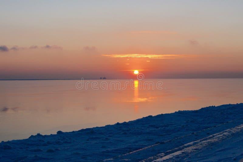 Salida del sol del invierno en orilla del lago fotos de archivo