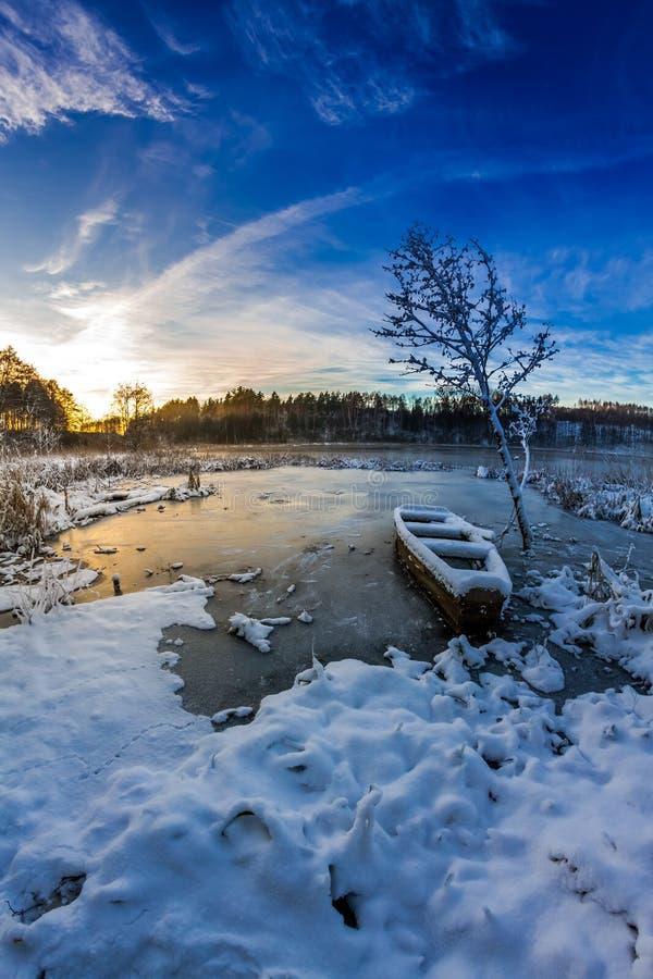 Salida del sol del invierno sobre el lago congelado imágenes de archivo libres de regalías