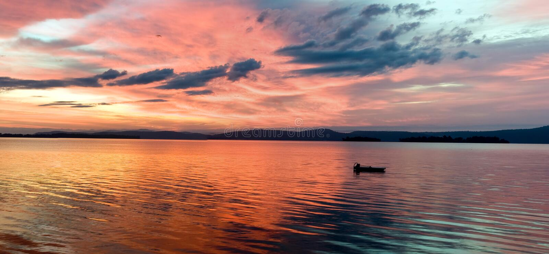 Salida del sol del lago que brilla intensamente imagen de archivo