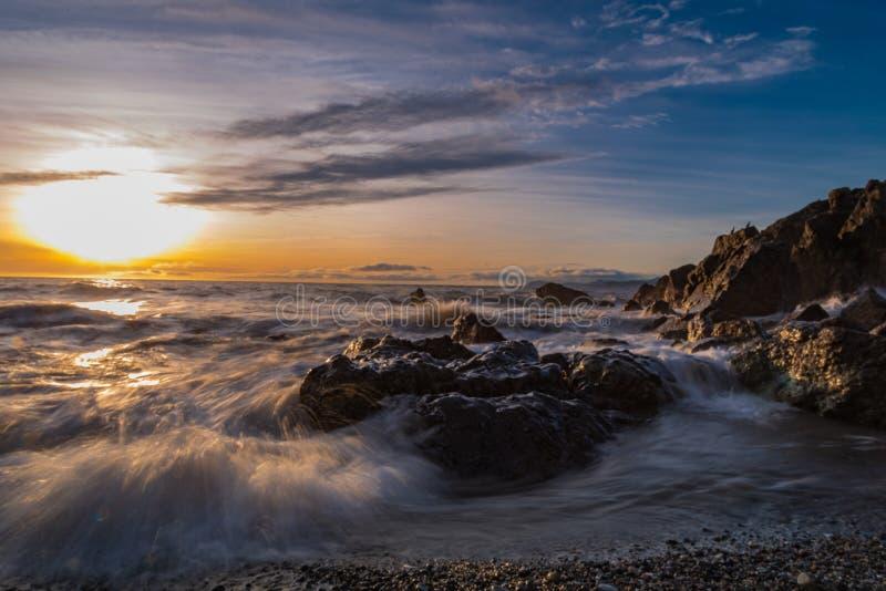 Salida del sol del mar de Irlanda fotografía de archivo