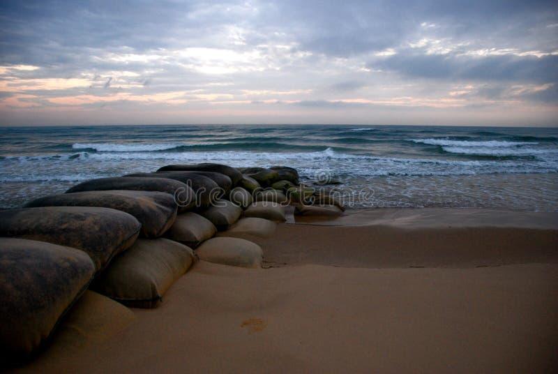 Salida del sol del océano con las bolsas de arena imágenes de archivo libres de regalías