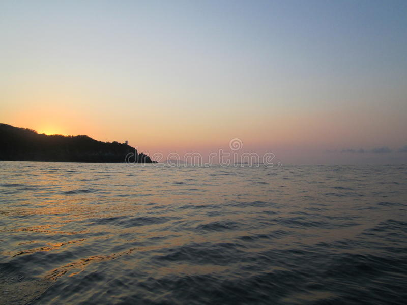 Salida del sol del océano sobre la colina imagen de archivo libre de regalías