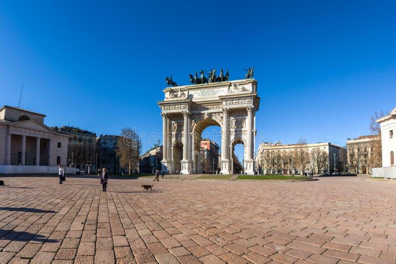 Salida del sol del paso del della de Arco (Porta Sempione) en Milan Italy Travelin imagen de archivo