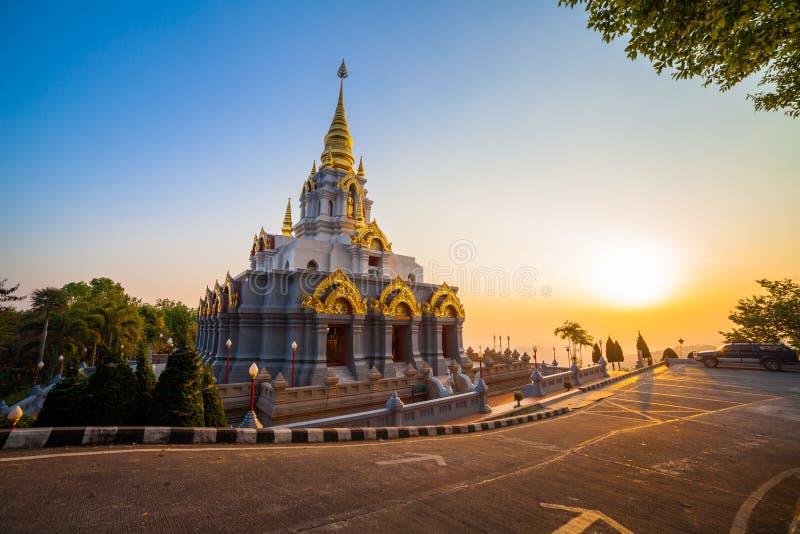 salida del sol delante de la pagoda en Wat Santikhiri Temple en Mae Salong imagen de archivo