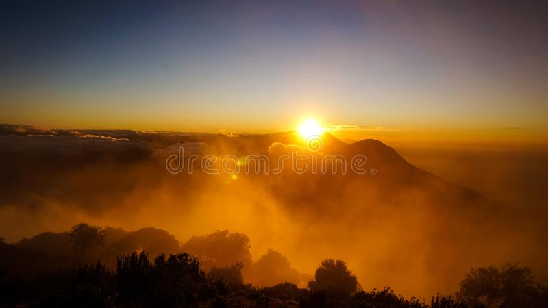 Salida del sol desde arriba de Volcano Santa Maria en Guatemala foto de archivo libre de regalías